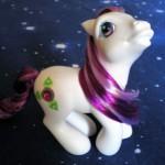 Bellissimo pony bianco e fuxia